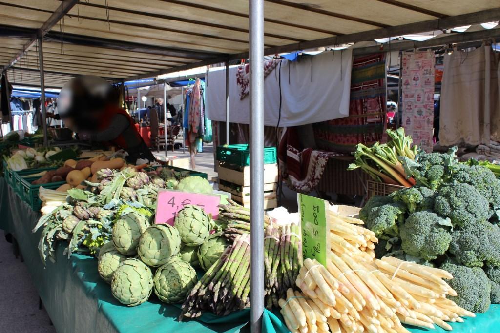 Légumes de saison du mois d'avril sur un étal de marché