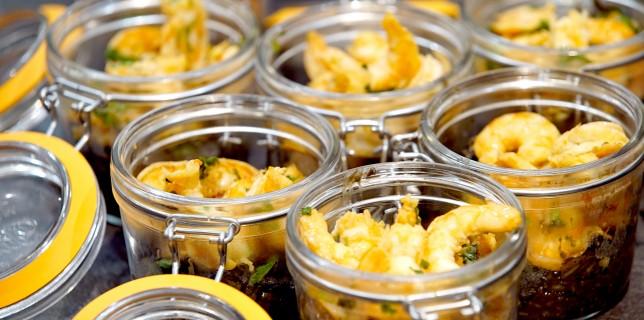 Crevettes gingembre et miel, risotto à l'encre de seiche et au fumet de crevettes