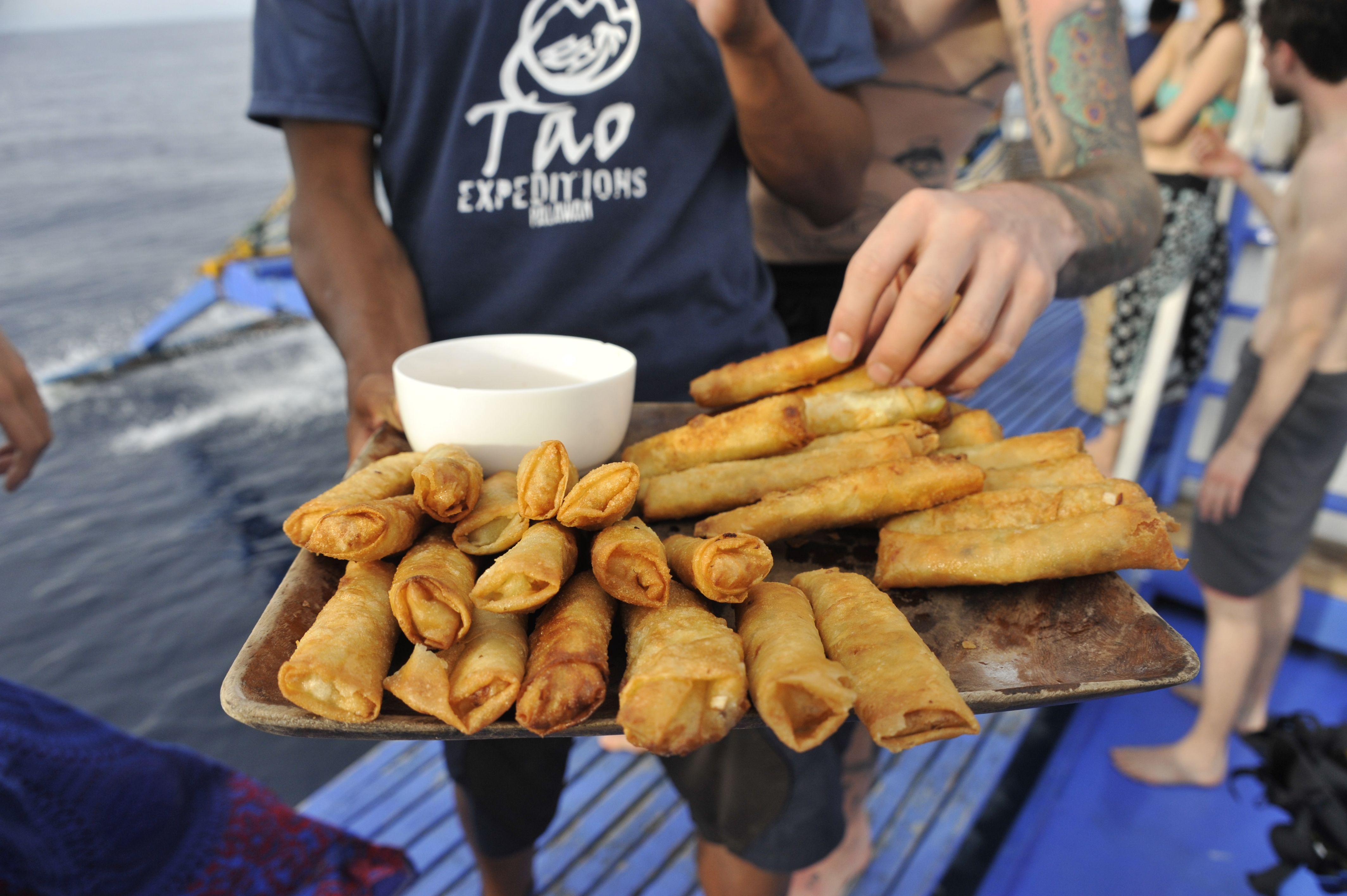 Encas servi à bord : rouleaux de légumes frits - Tao expeditions