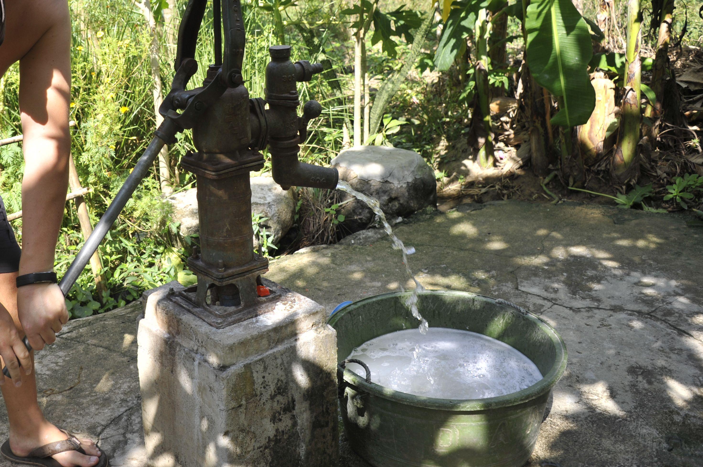 Puiser l'eau à la Tao farm - Palawan