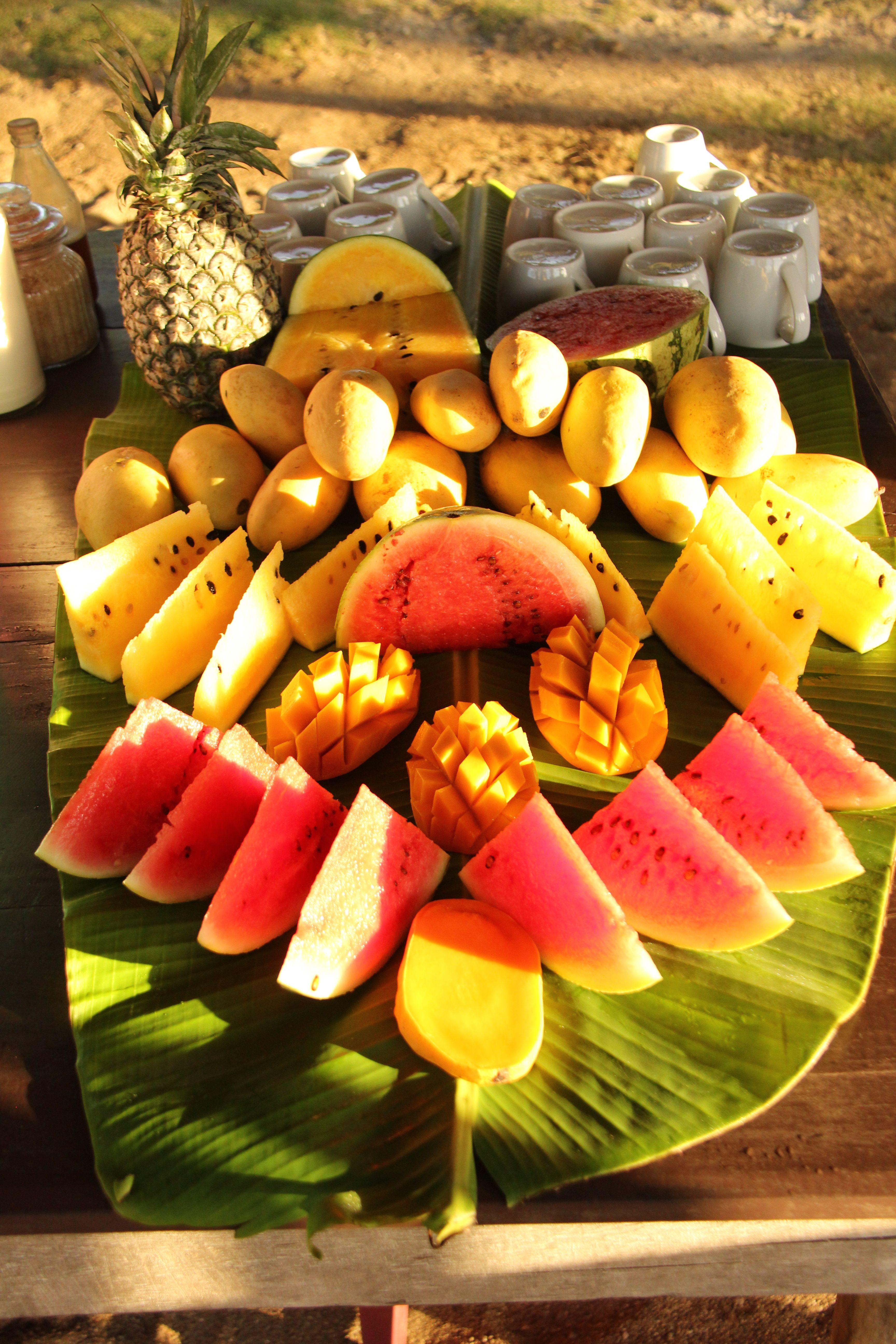 Fruits frais du matin servis sur une feuille de bananier
