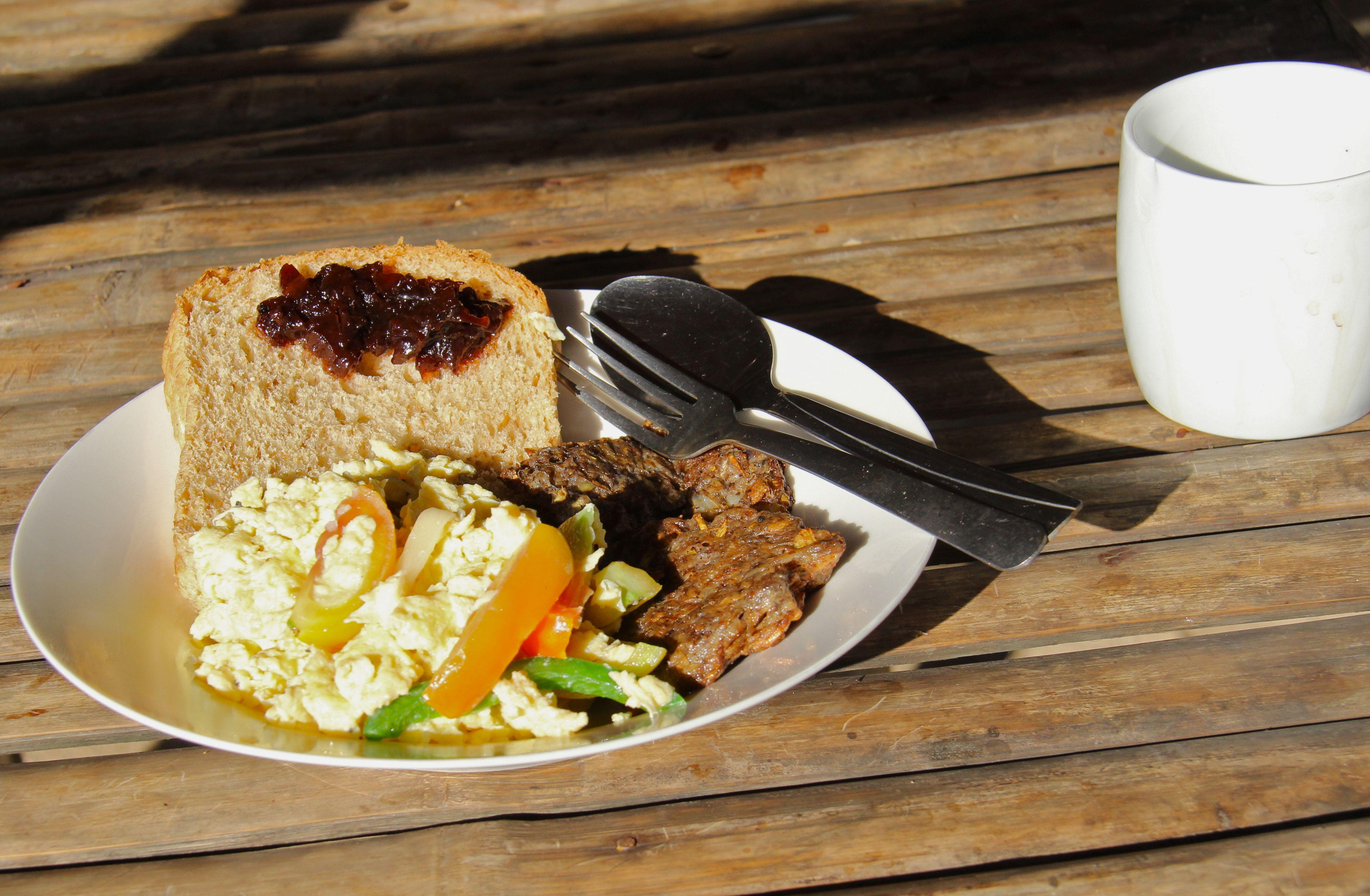 Un petit déjeuner Tao à base de burger de fleur de bananier, oeufs brouillées aux légumes et confiture de carambole