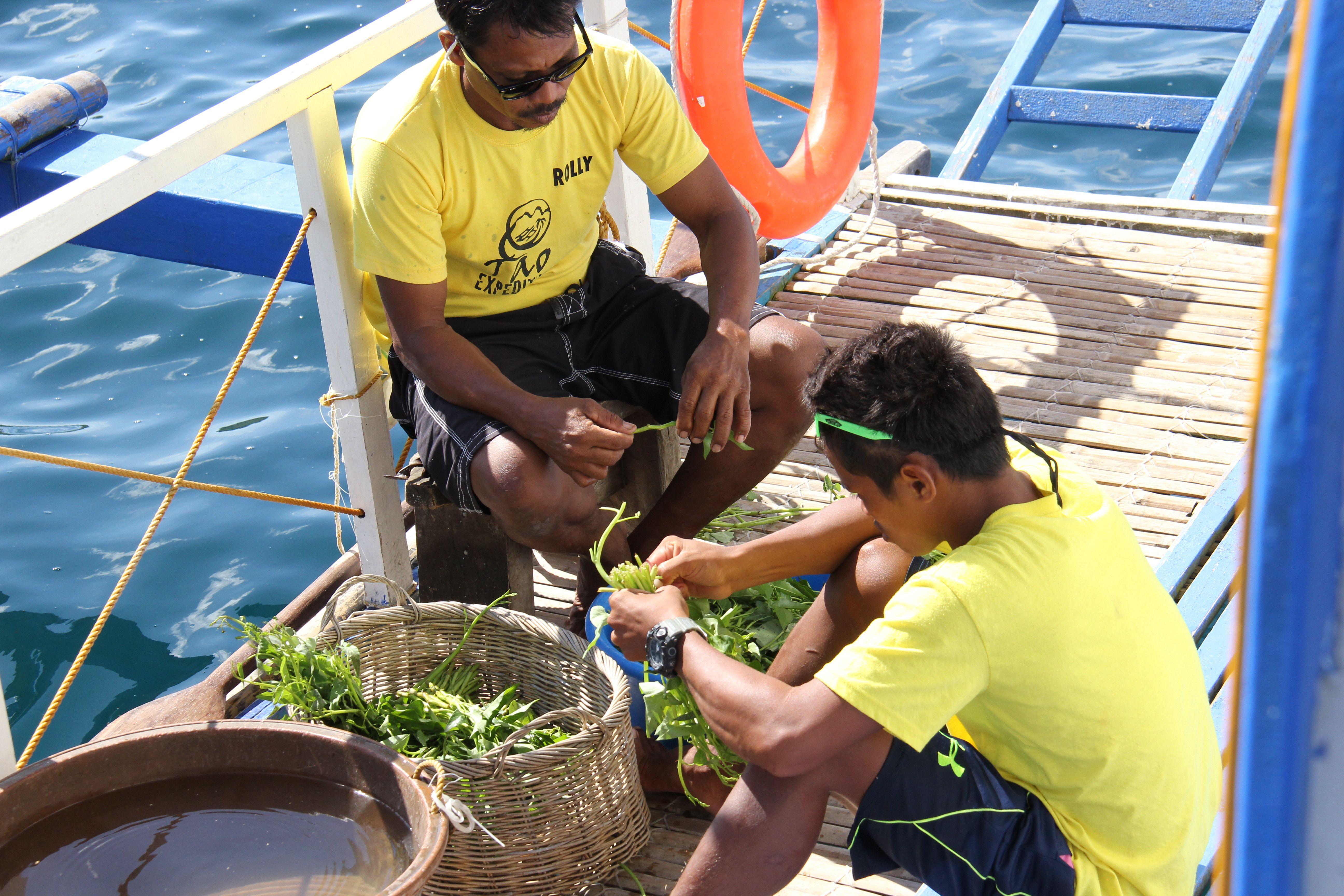 L'équipage Tao expeditions préparant des légumes