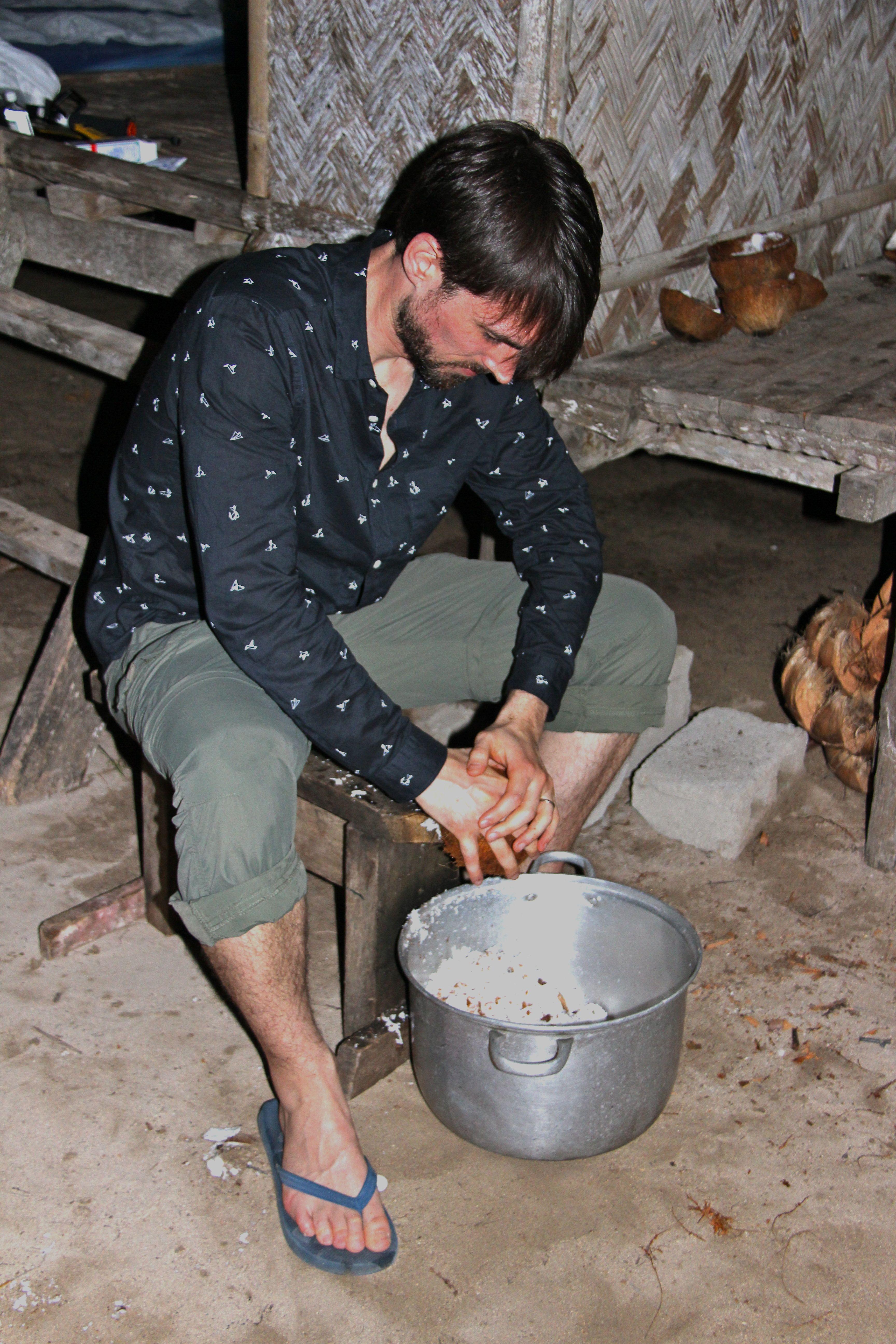 Préparation du lait de coco à la râpe