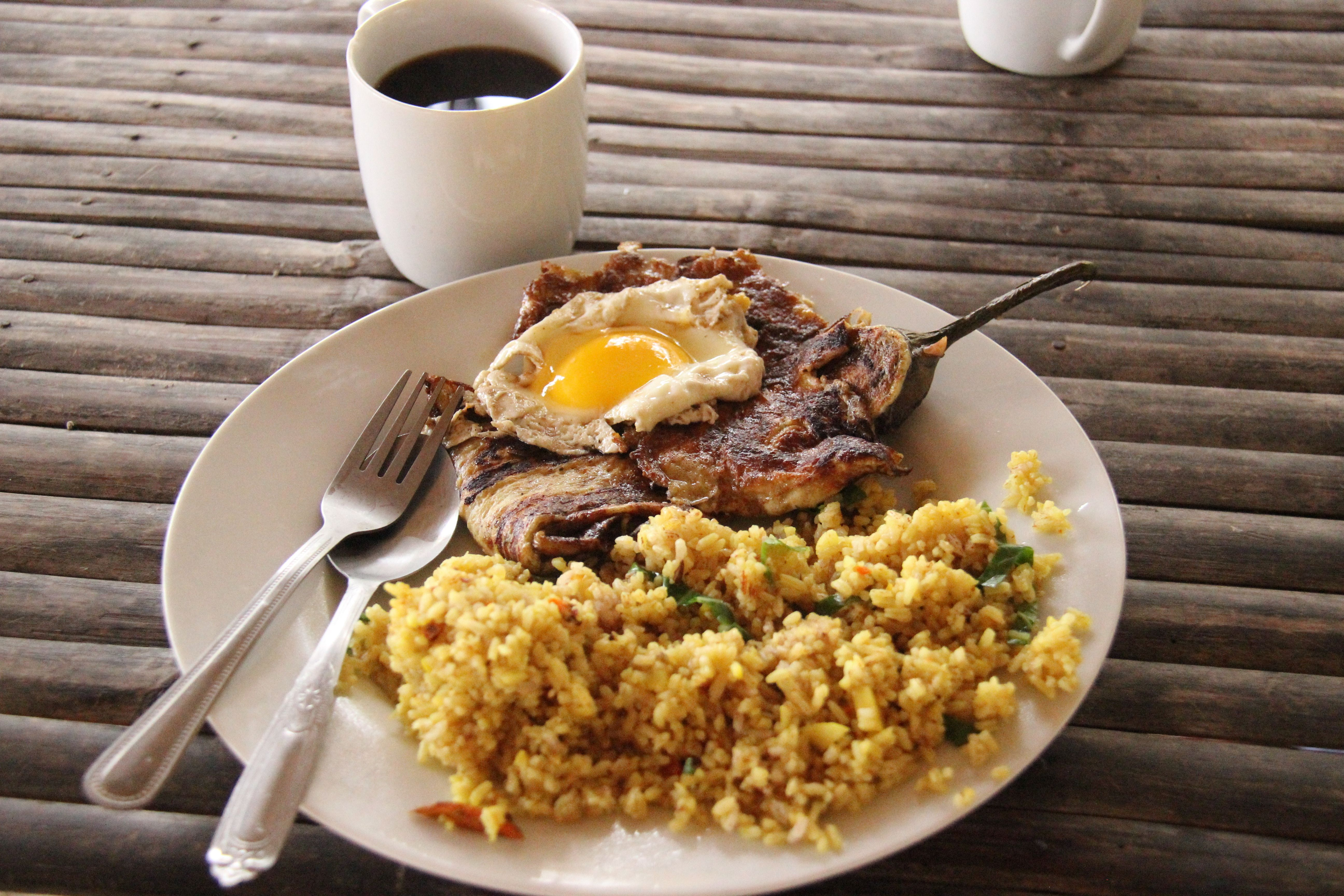 Un petit déjeuner Tao : tortang talong, oeuf au plat et riz sauté aux épices