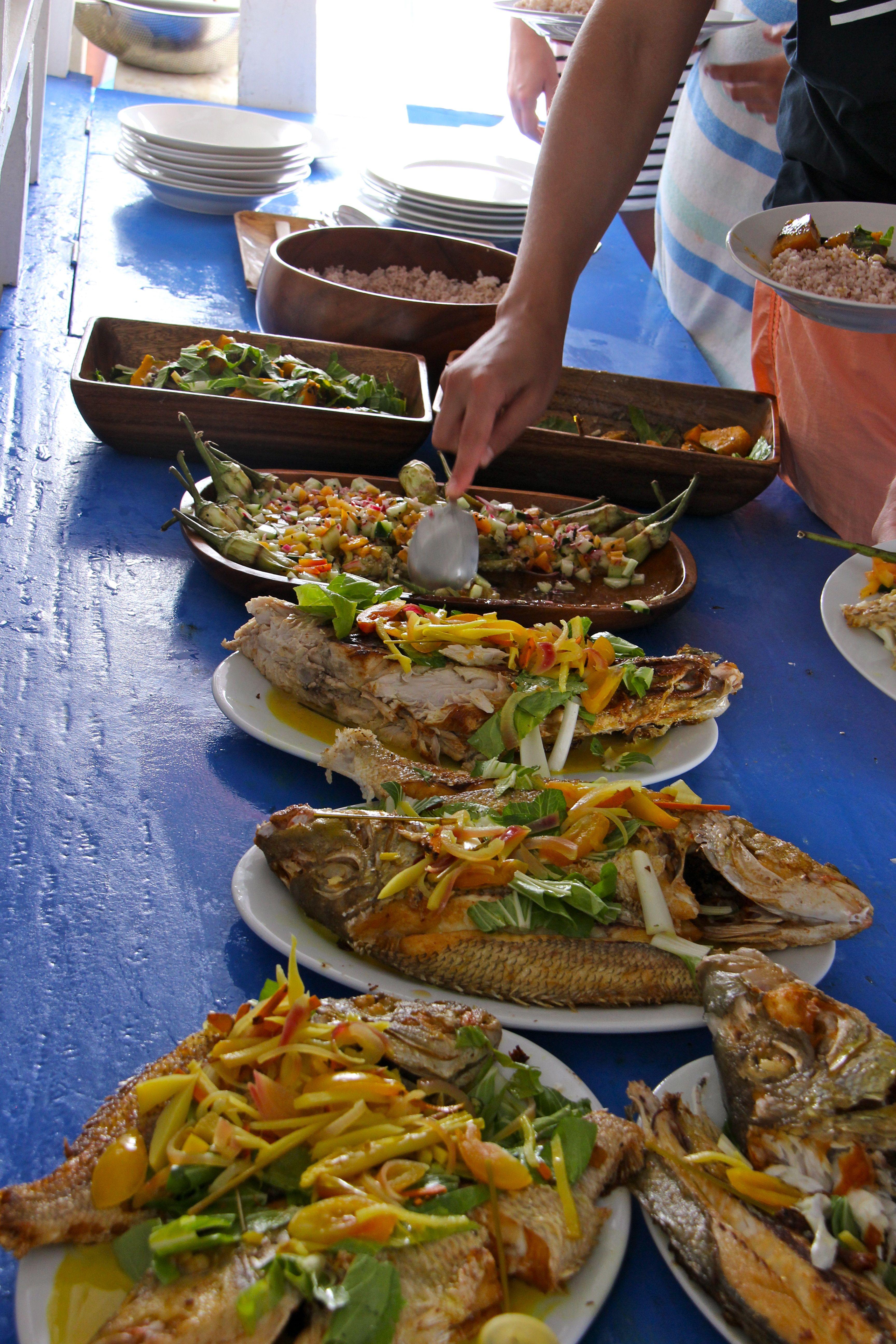 Un repas à bord très coloré à base de produits frais et locaux - Tao expeditions