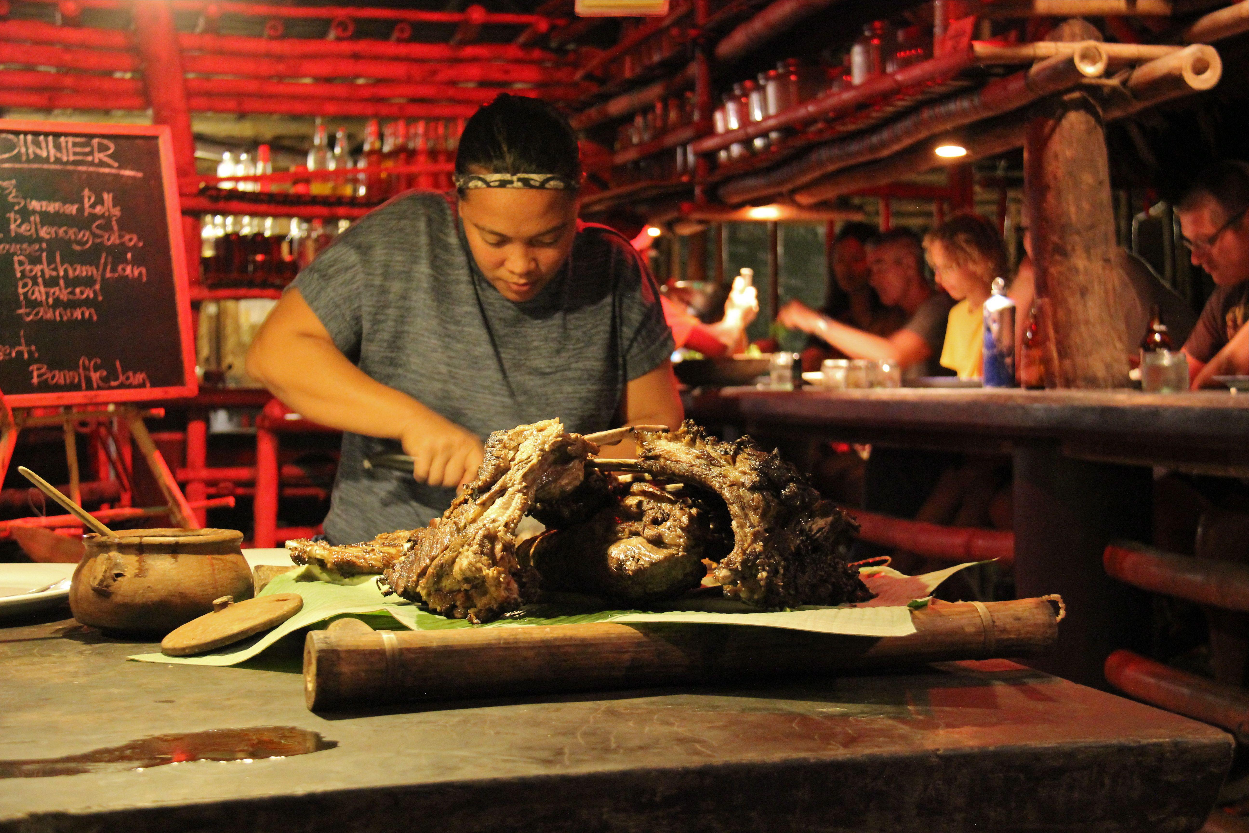 Poitrine de porc fondante et marinée façon adobo philippin, grillée au barbecue