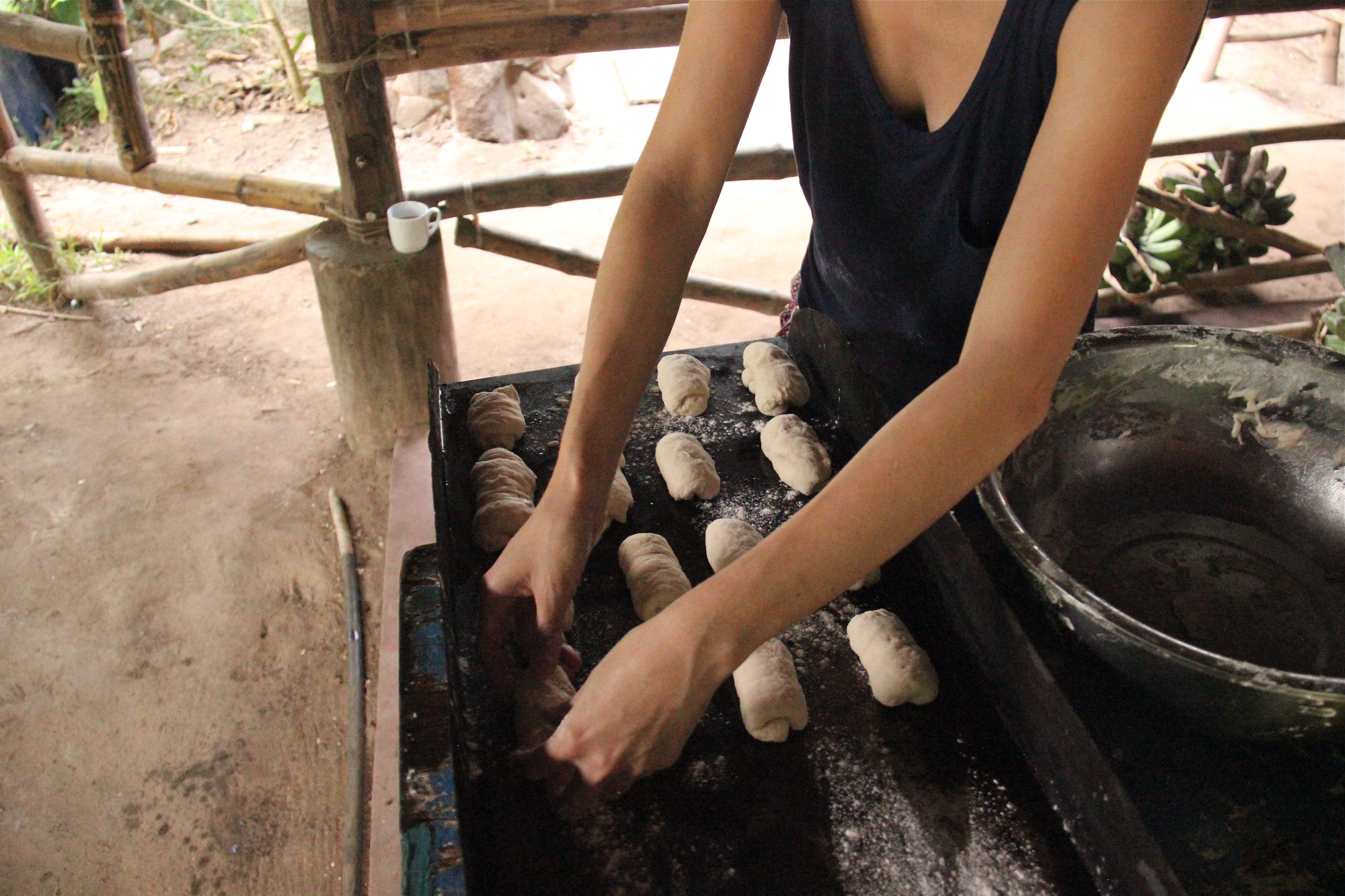 Préparation des pains à l'eau de coco - Tao farm