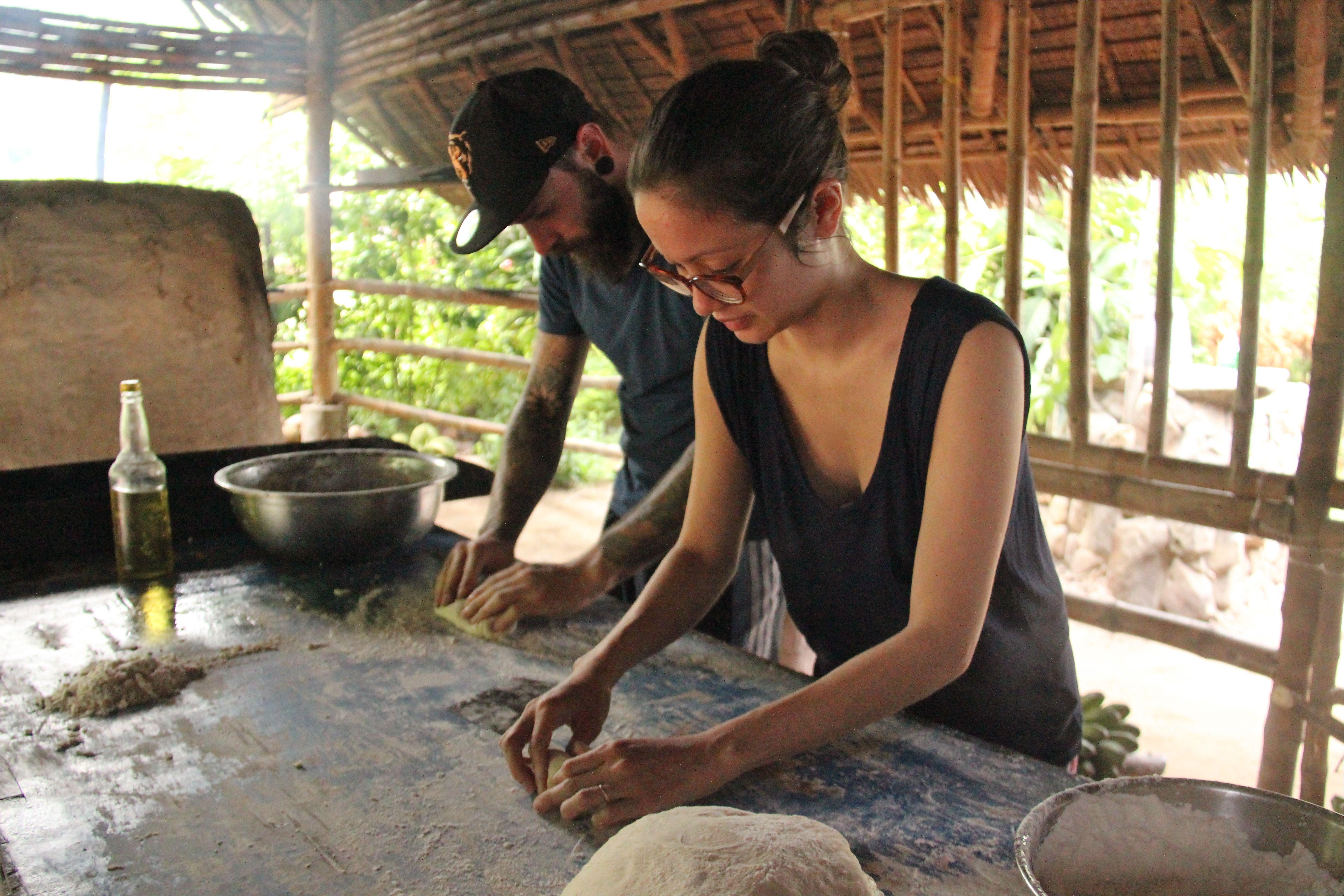 Façonnage des pains à l'eau de coco - Tao farm