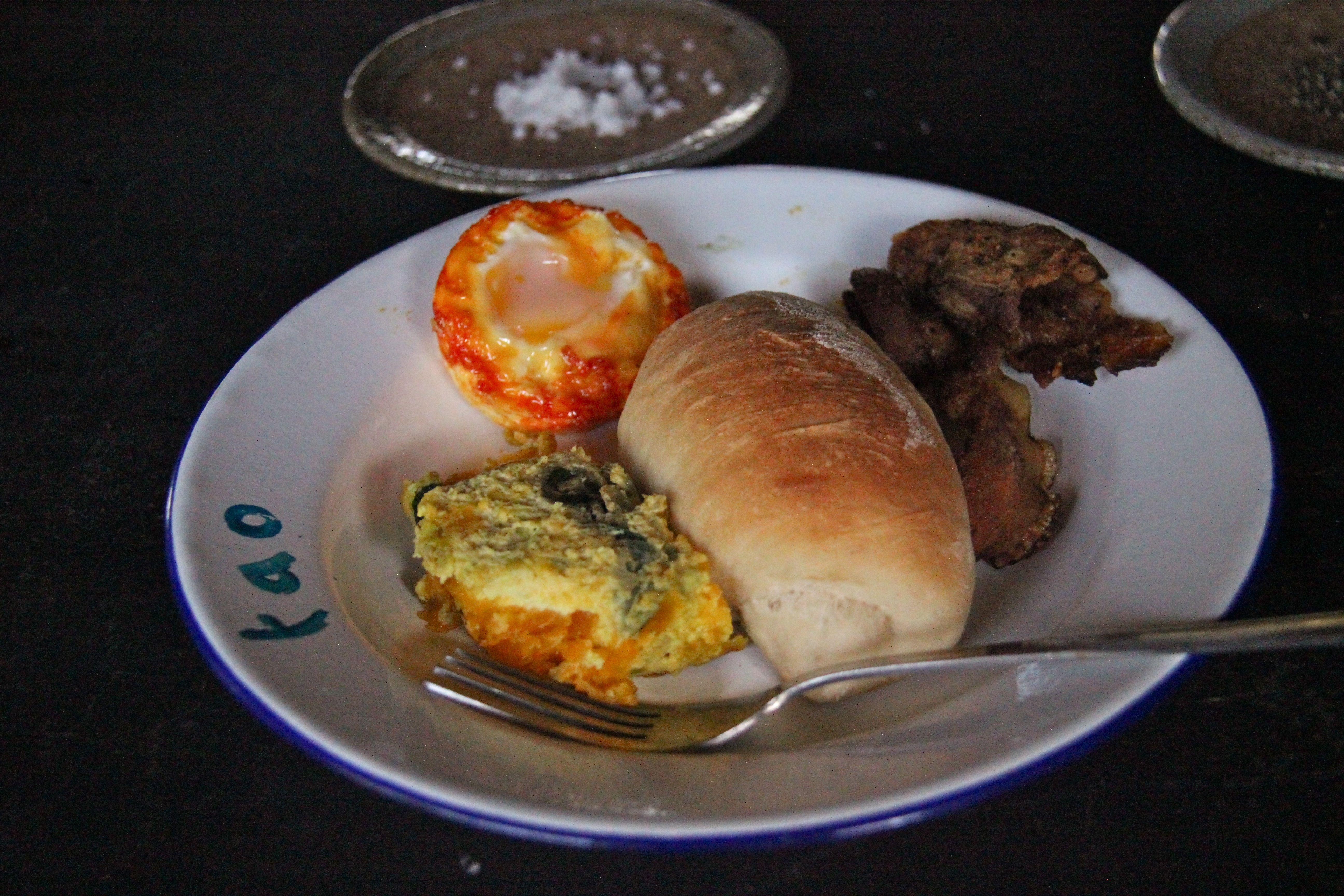 Oeuf cocotte, pain à l'eau de coco, bacon maison et flan de courge