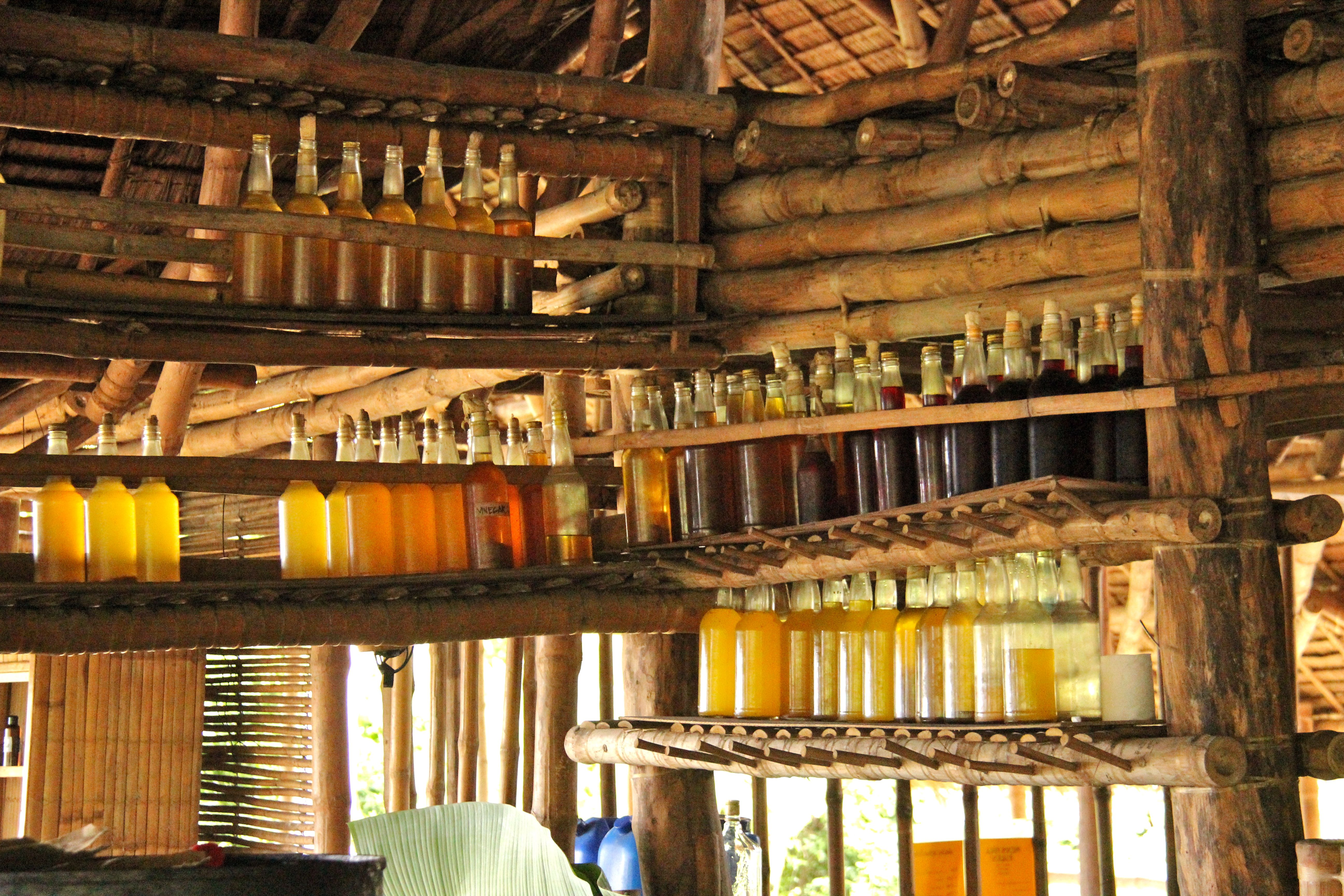 Vinaigres de fruits conservés dans de vieilles bouteilles de rhum