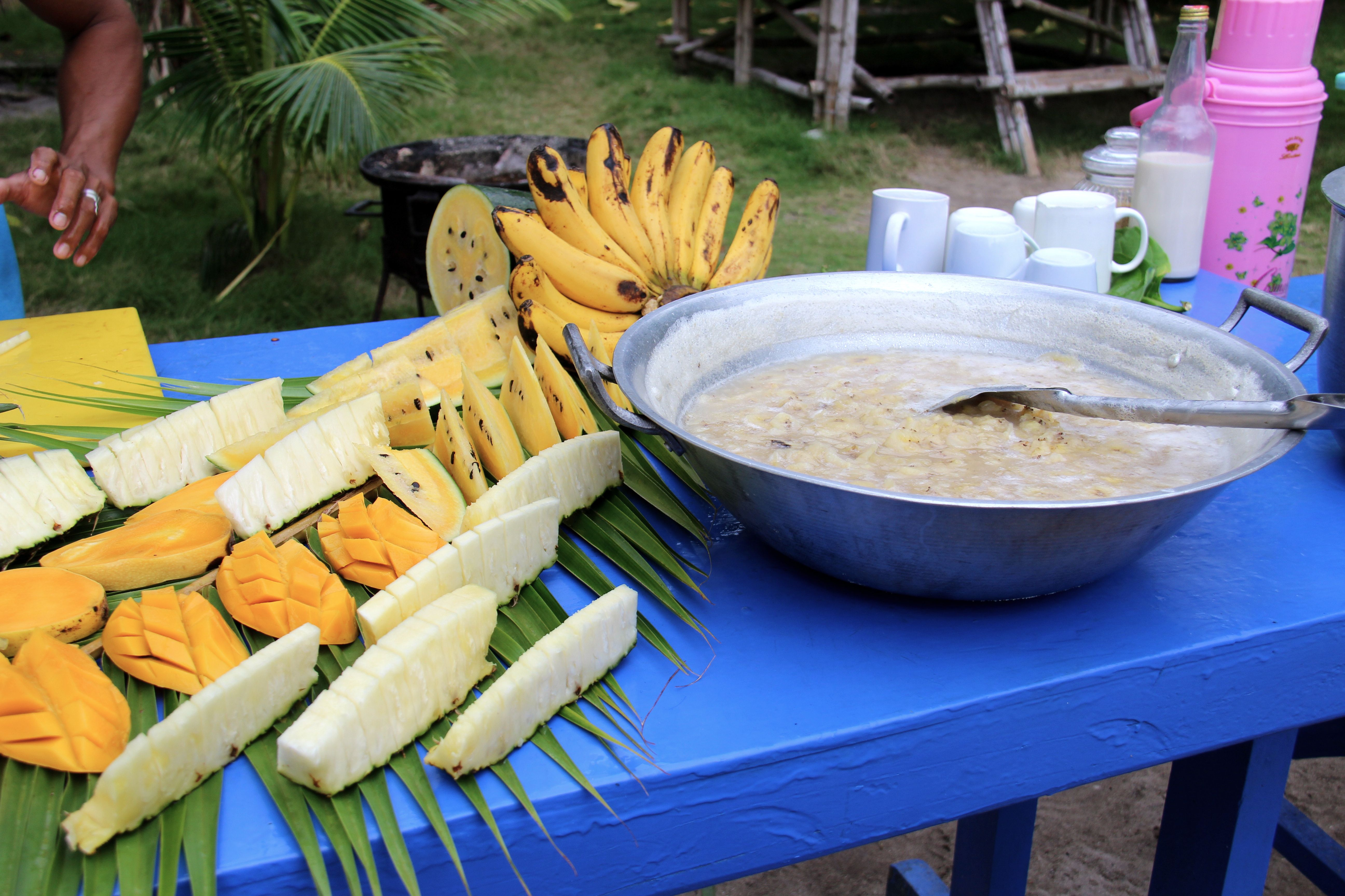 Petit déjeuner au camp de base Tao expeditions : porridge et fruits exotiques frais