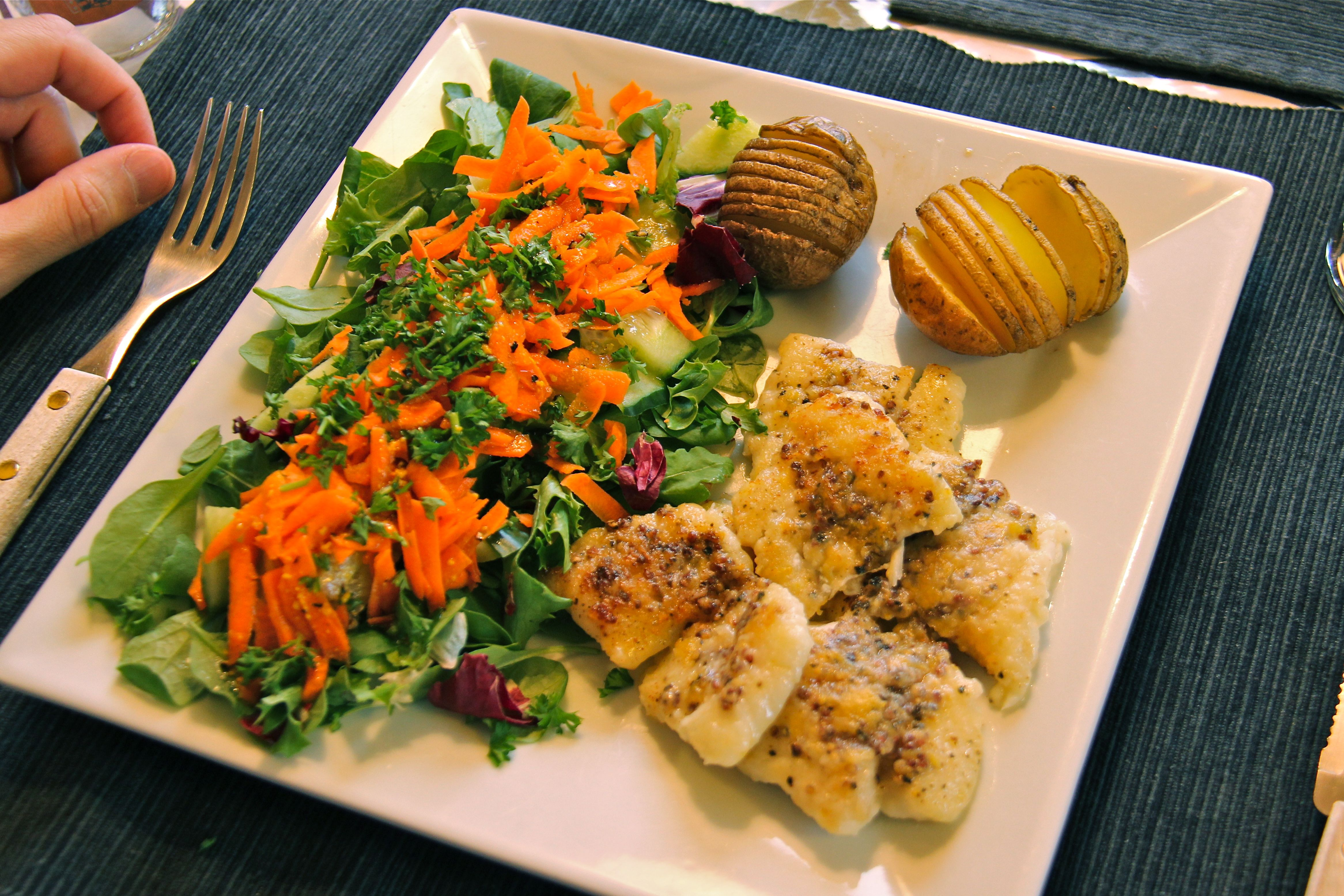 Le plat de Marcela : cabillaud citron et moutarde à l'ancienne, salade mixte et pommes de terre au four