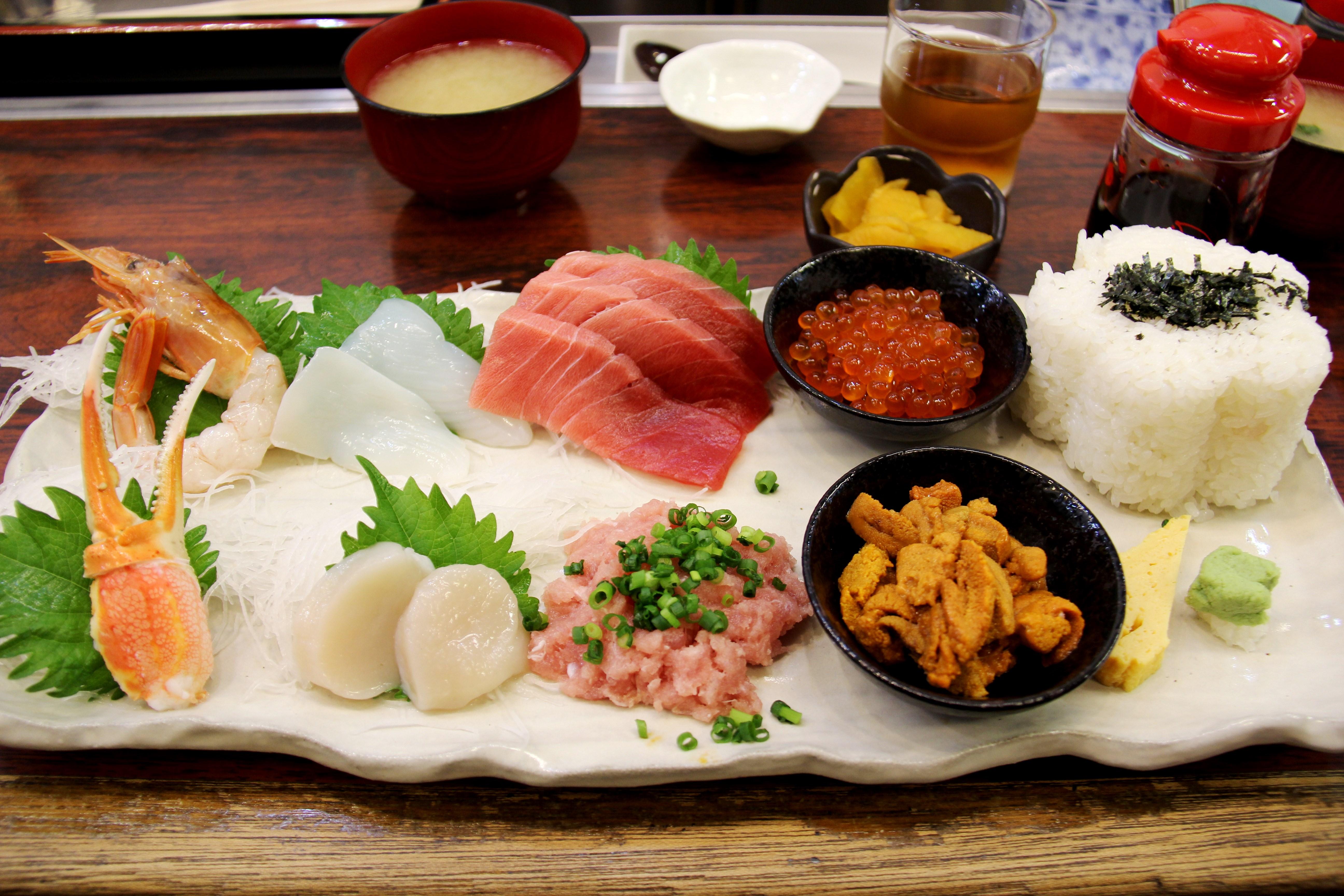 Sushi avec feuilles de shiso