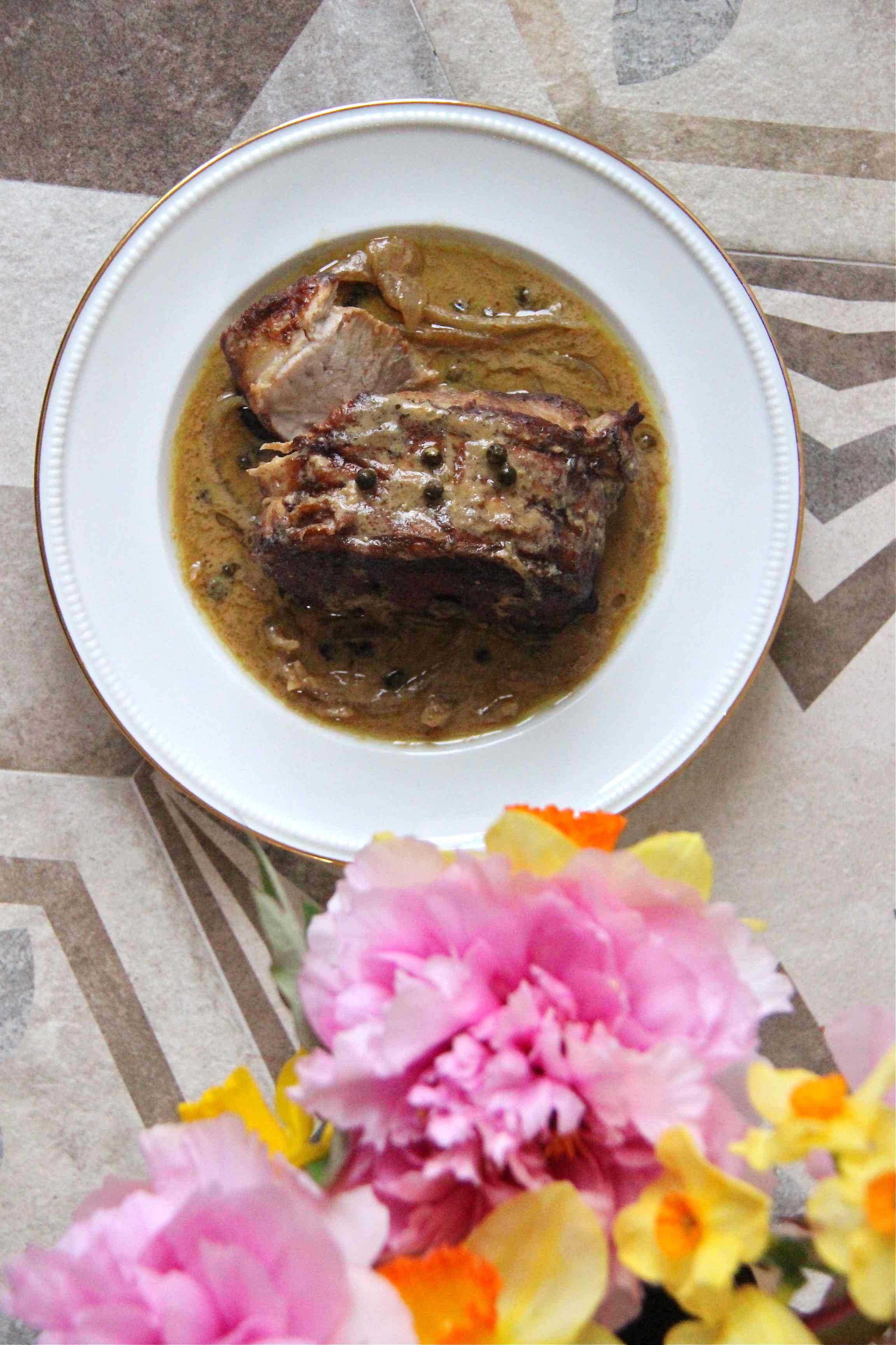 Rôti de porc au poivre vert et fleurs de printemps