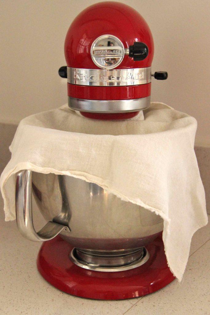Focaccia fermentation de la pâte sous un linge
