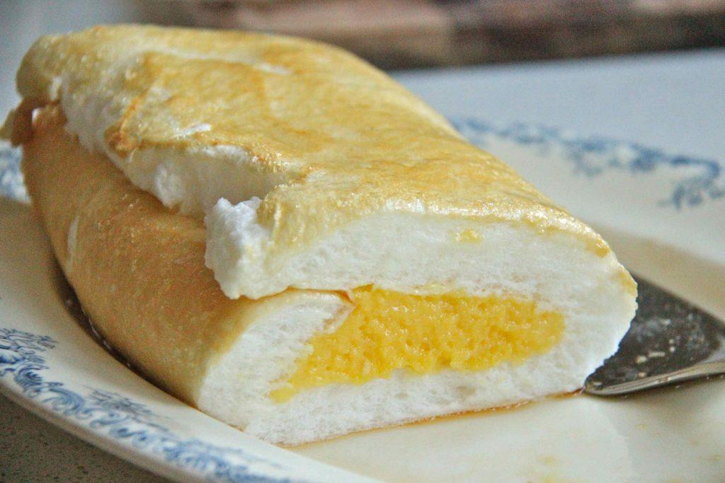 Brazo de Mercedes, dessert roulé philippin à base de meringue très légère et peu sucrée et d'une crème aux jaunes d'oeufs et lait concentré.