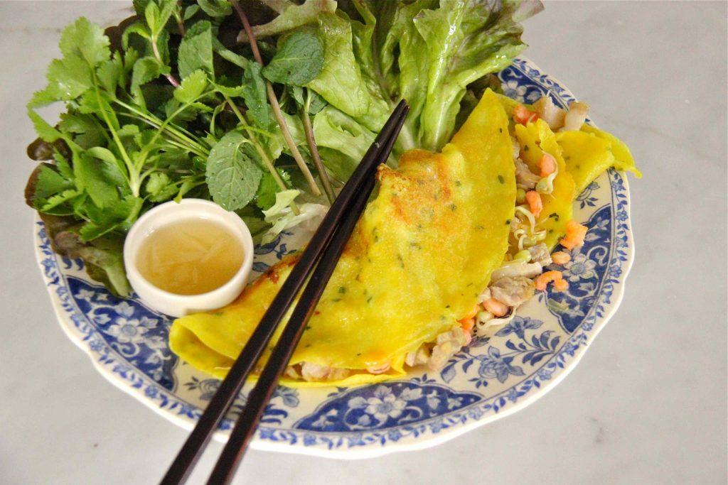 Banh Xeo, crêpe vietnamienne au curcuma et lait de coco farcie de crevette, germes de soja et porc