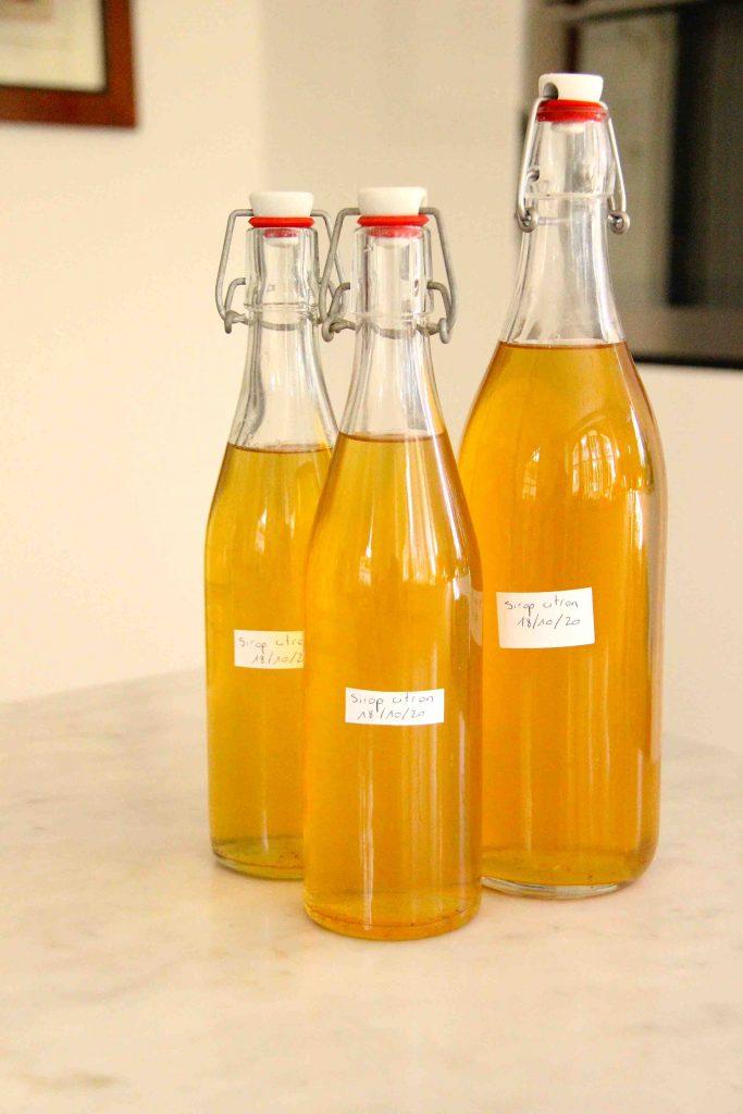 Bouteilles de sirop de citron maison